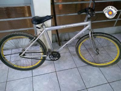 Polícia Militar prende homem escondido em valeta após furto de bicicleta em Registro-SP