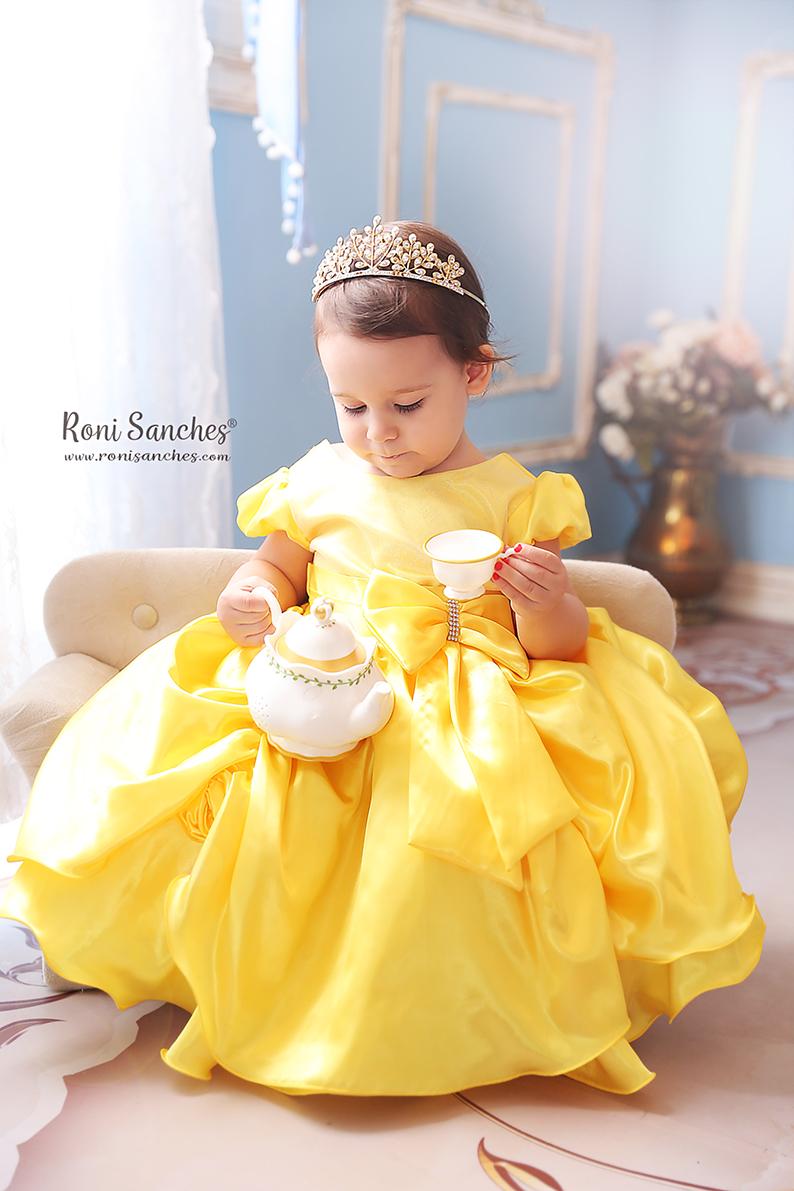menina bebê a bela e a fera