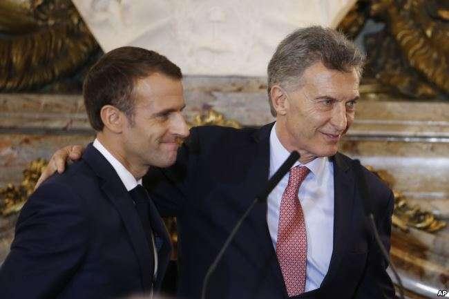 Emmanuel Macron es recibido por el presidente argentino Mauricio Macri / AP