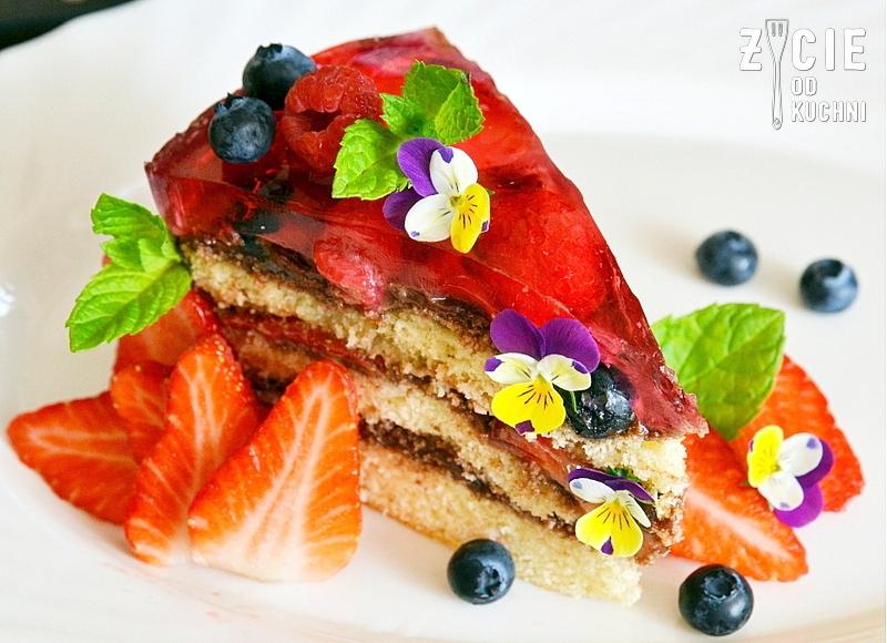 tort, biszkopt z galaretka, biszkopt z kremem, tort z owocami, jak zrobic biszkopt, tort z truskawkami, dekoracja tortu, tort urodzinowy, masa czekoladowa, bratki jadalne, zycie od kuchni,  kwiaty jadalne