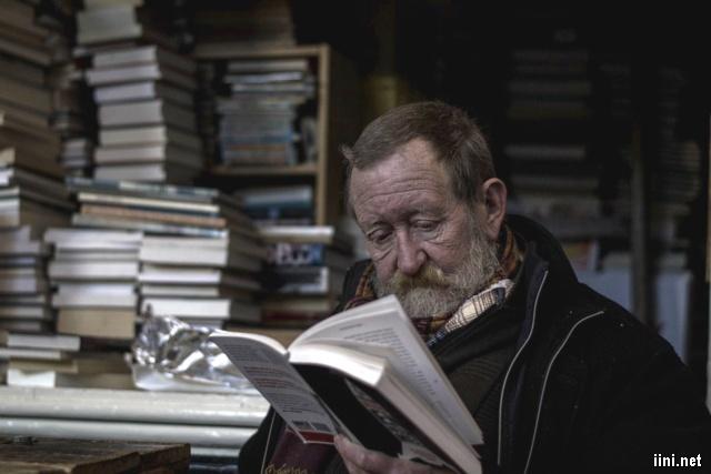 ảnh ông già đang chăm chú đọc sách