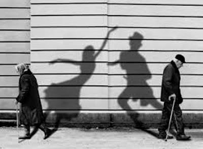Las sombras misteriosas adheridas a los cuerpos.
