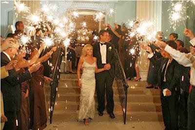 saída dos noivos, casamento, noivos, noiva, noivo, cerimônia, saída, fogos, sparkles, indoor