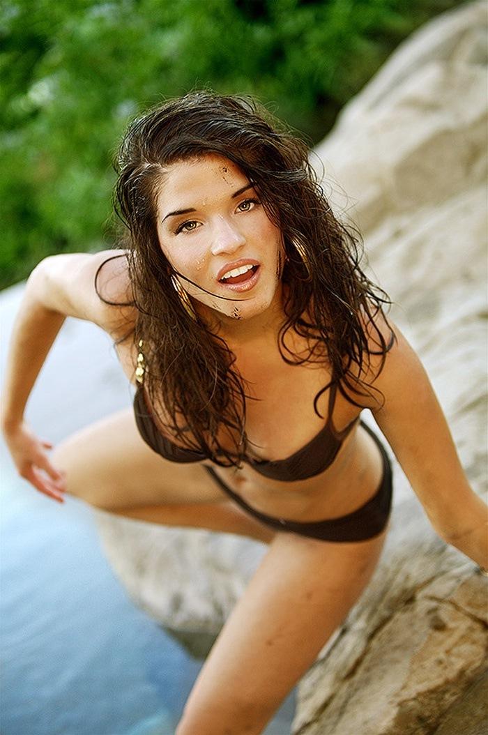 Avgeropoulos bikini marie Marie Avgeropoulos: