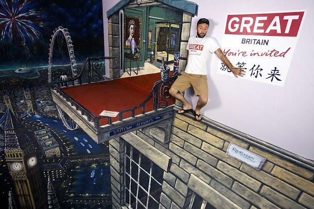 Yüksekten bir Londra gece manzarası gösteren kaldırım sanatı resmi