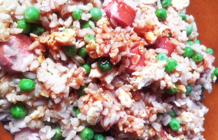 arroz frito con salchichas