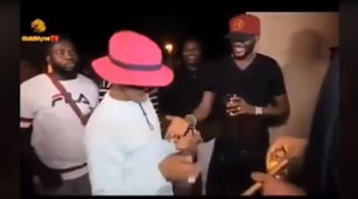 Wizkid Gets Dragged On Twitter For Been Disrespectful For Keeping 2Baba's Hand Hanging