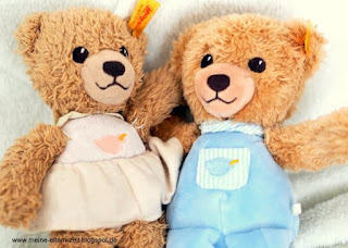 Geschwisterliebe: Zwei Teddybären Arm in Arm