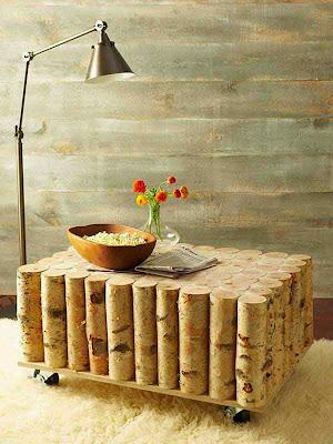 Mesa hecha con troncos reciclados