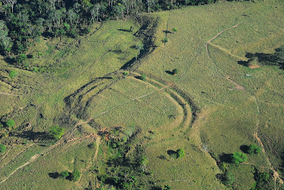 Эти земляные работы, образуют разные сложные геометрические фигуры от 90 метров до 300 метров в диаметре. Большинство находятся на возвышенностях 200 - 300 метров. Их точное назначение обсуждается, так как открыты они были совсем недавно, интернациональный союз археологов с помощью воздушных БПЛА, используя лазерное сканирование. Археологи намерены обнаружить еще больше геоглифов.  Геоглифы стали видны благодаря сегодняшней вырубке леса Амазонки. Ученые сделали подкоп на 1.5 метров глубине для взятия пробы грунта, это поможет установить разновидности растительности произрастающей тут последние 6000 лет, Обнаружилось, что когда в соседней Боливии 6000 лет назад леса превратились в саванну из-за засухи, леса в этом регионе оставались целыми. Обнаружен уголь, который указывает на пожары, вероятнее всего человеческих рук дела, чтобы сделать земляные работы люди поджигали лес для расчистки территории. После того, как люди стали изменять ландшафт, пальмовые деревья стали более распространёнными в лесу. Пальмы, первые деревья, которые восстанавливаются после уничтожение леса. Пальмы могли использоваться как строительный материал, человек намеренно замедлял рост древесного леса и поощрял рост пальм около 3000 лет, затем всё было брошено около 650 лет назад, люди ушли, и лес захватил всю территорию. Следы человеческой активности начались здесь около 3000 лет назад Источник