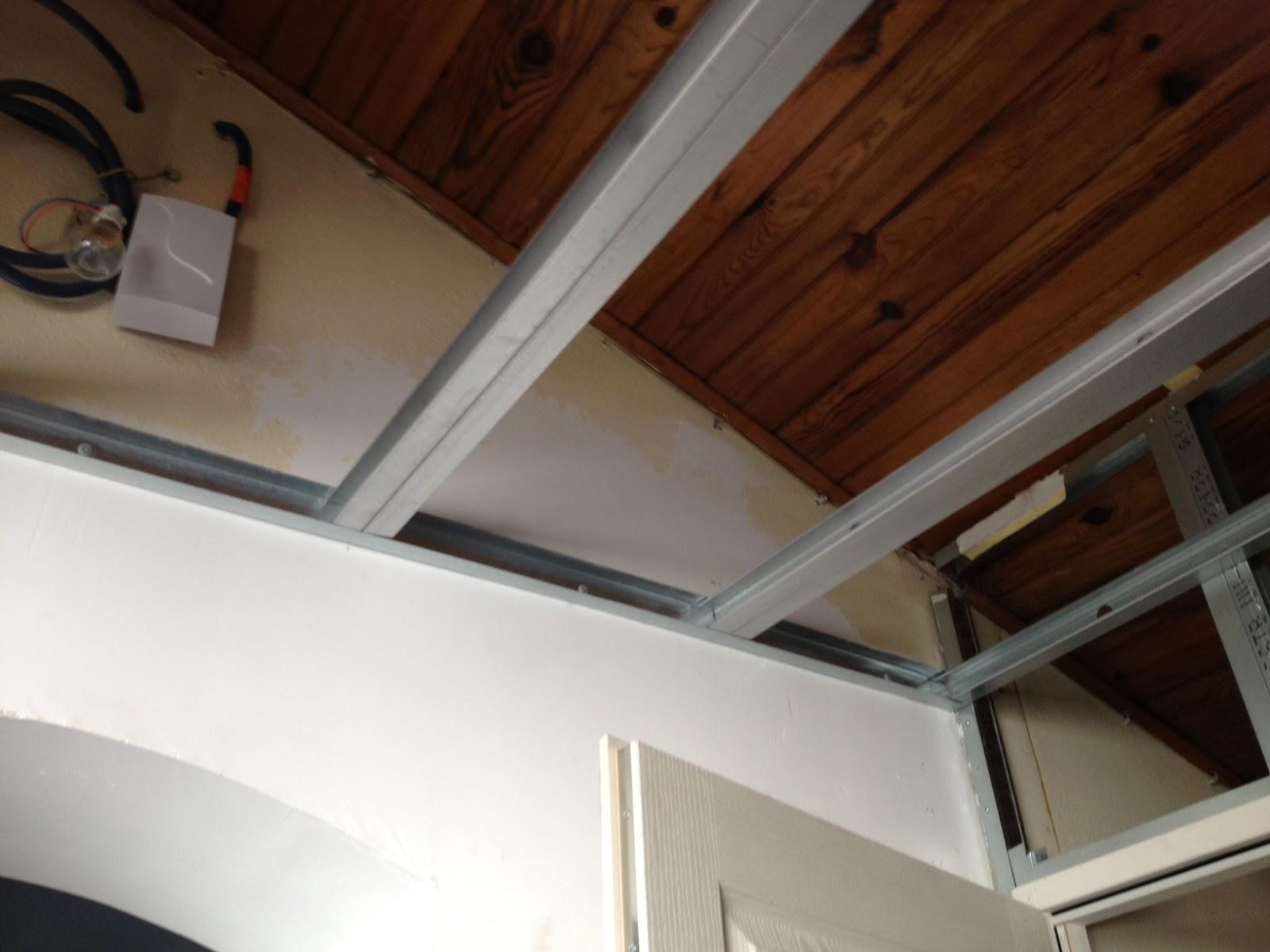 le home sweet home de la family maz corni re du faux plafond de l 39 entr e. Black Bedroom Furniture Sets. Home Design Ideas