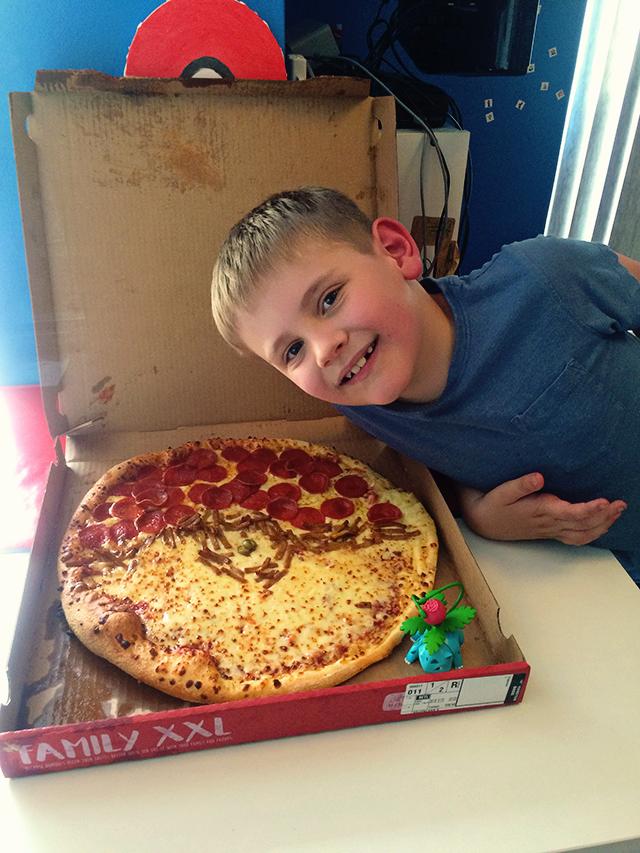 Idee voor een kinderfeestje; slaapfeestje met Pokeball pizza's, gametoernooi, Pokeball cupcakes en goodiebags.