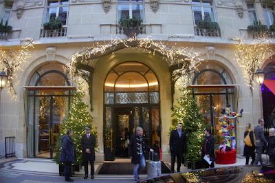 Entrée de l'hôtel Plaza Athénée Paris.