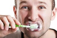 Jika Anda Punya Masalah Bau Mulut, Atasi dengan 8 Jurus Ini!