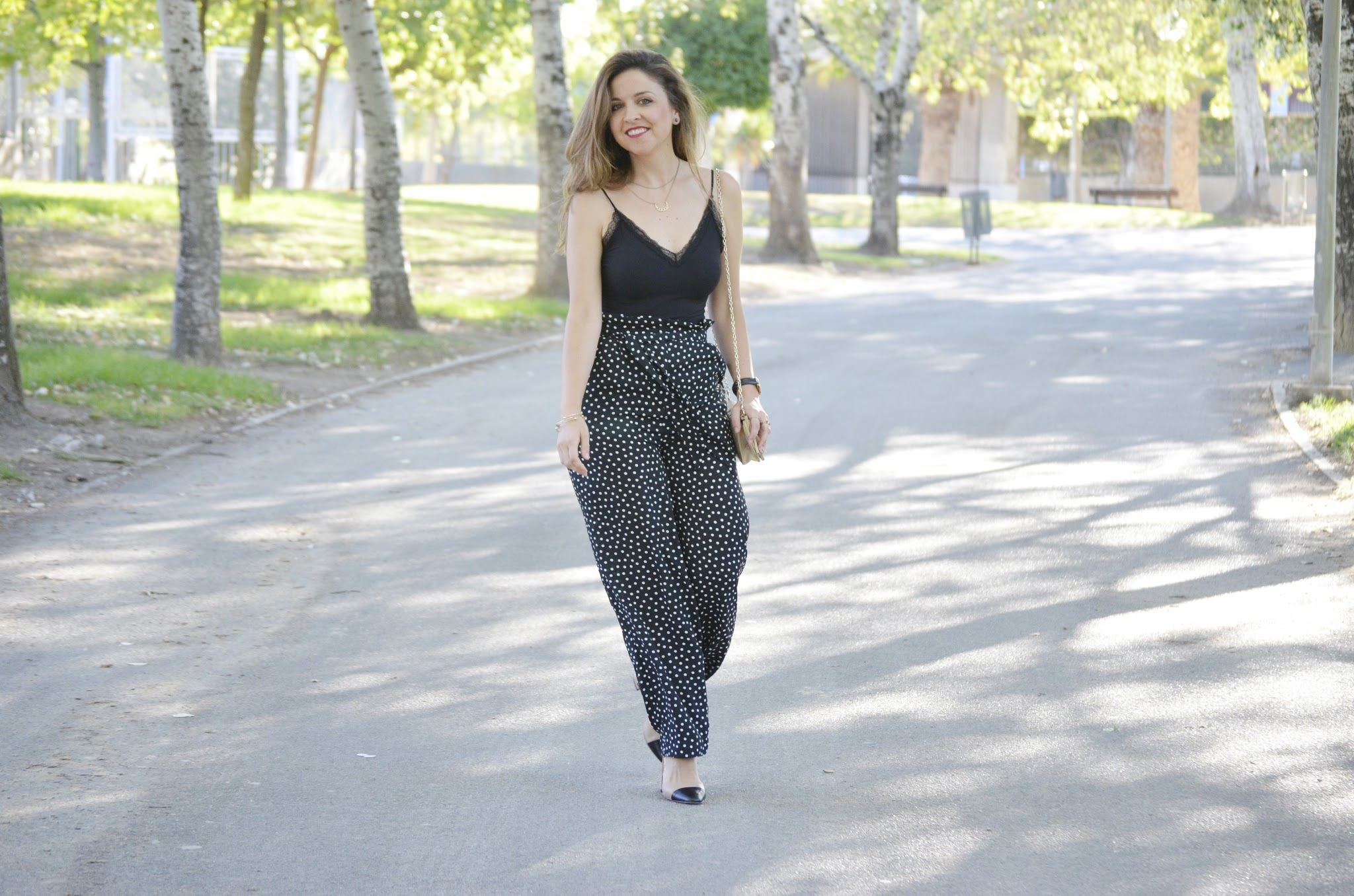 como_combinar_pantalon_lunares_mujer