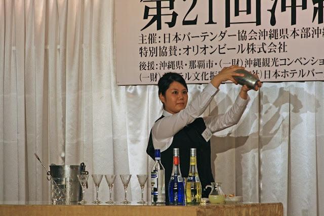 第21回沖縄カクテルコンペティションの演技の様子の写真