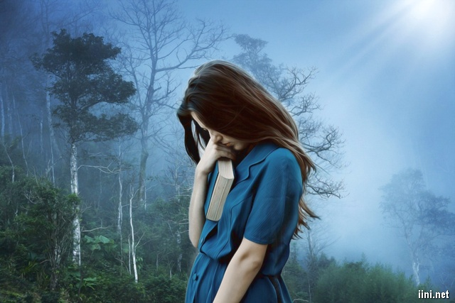ảnh cô gái đang cầm cuốn sách với tâm trạng buồn