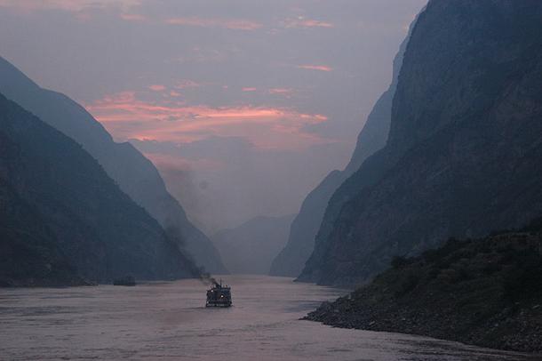 แม่น้ำที่ยาวที่สุดในโลก, แม่น้ำแยงซียาวประมาณ 6,300 กิโลเมตร มีต้นกำเนิดจากมองโกเลีย เป็นแม่น้ำที่ยาวที่สุดของประเทศจีน และของทวีปเอเชีย และเป็นอันดับสามของโลก มีต้นกำเนิดจากธารน้ำแข็งในที่ราบสูงชิงไห่ - ทิเบต ไหลจากทิศตะวันตกสู่ทิศตะวันออกผ่านตอนกลางของจีน ไปลงทะเลทะเลจีนตะวันออกที่เซี่ยงไฮ้