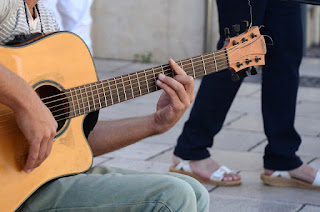 strojenie gitary słuchem, jak nastroić gitarę, strojenie gitary kamertonem, jak nastroić gitarę bez stroika