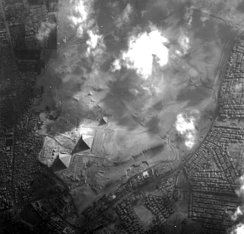 Đại Kim tự tháp Giza nổi tiếng của Ai Cập ở Sa mạc Tây đang xuất hiện trong hình ảnh chụp từ vệ tinh Proba-1 của Cơ quan Hàng không Châu Âu (ESA). Kim tự tháp lớn nhất nằm ở bên trái cùng là Đại Kim tự tháp Giza, ngay bên phải đó là Kim tự tháp Khafre, và nhỏ nhất là Kim tự tháp Menkaure. Hình ảnh: ESA.