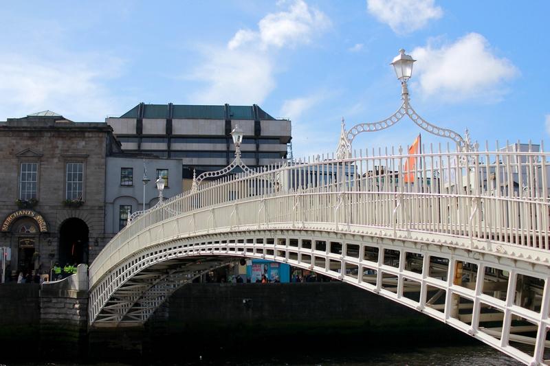 vue du pont le plus romantique de la capitale enjambent la rivière Liffey