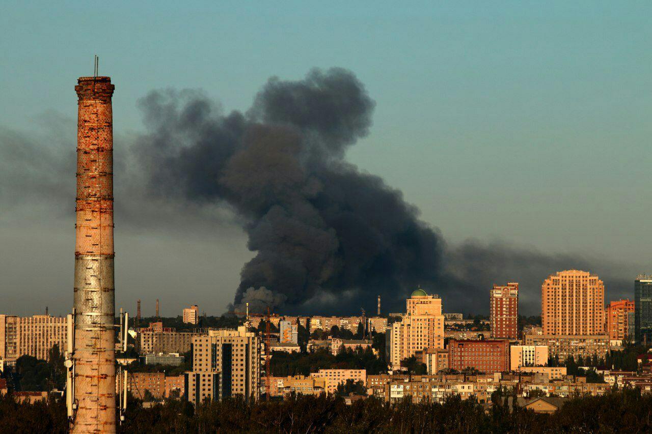 Melni dūmi no munīcijas noliktavas ugunsgrēka Doņecka