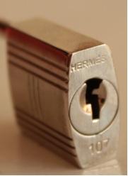 6dff5da8a9 la prima ritrae un vero lucchetto Hermes mentra la seconda un mirabile  falso.