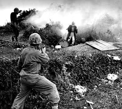 oldado japonés salió de una cueva con una granada de humo