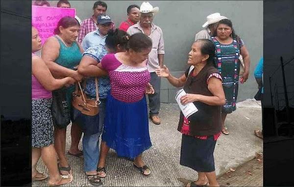 """Le aplican """"manita de puerco"""" a regidora para que actúen contra alcalde corrupto en Oaxaca"""