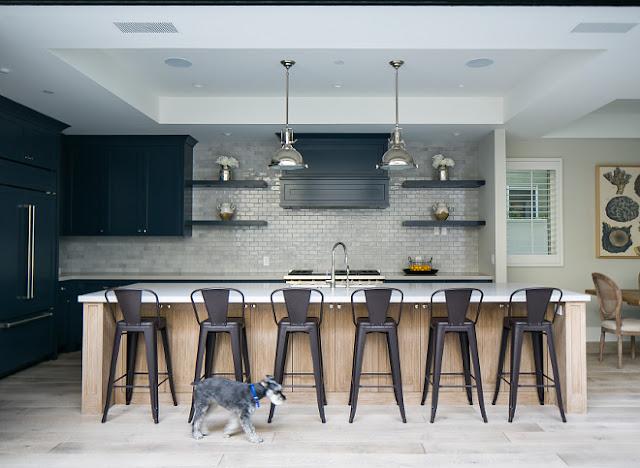 Лаконичный дизайн синей кухни для загородного дома в Калифорнии