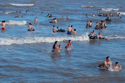 Tắm biển Quất Lâm