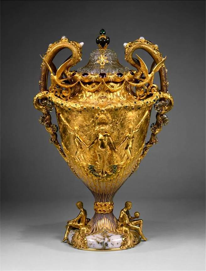 Foto de um Ovo de Fabergé - Taça Dourada