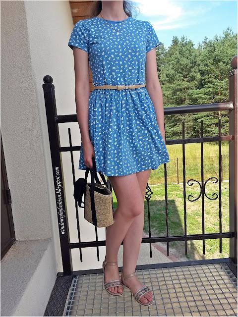 Sukienka w kwiatki, sandały, torebka koszyk, pasek
