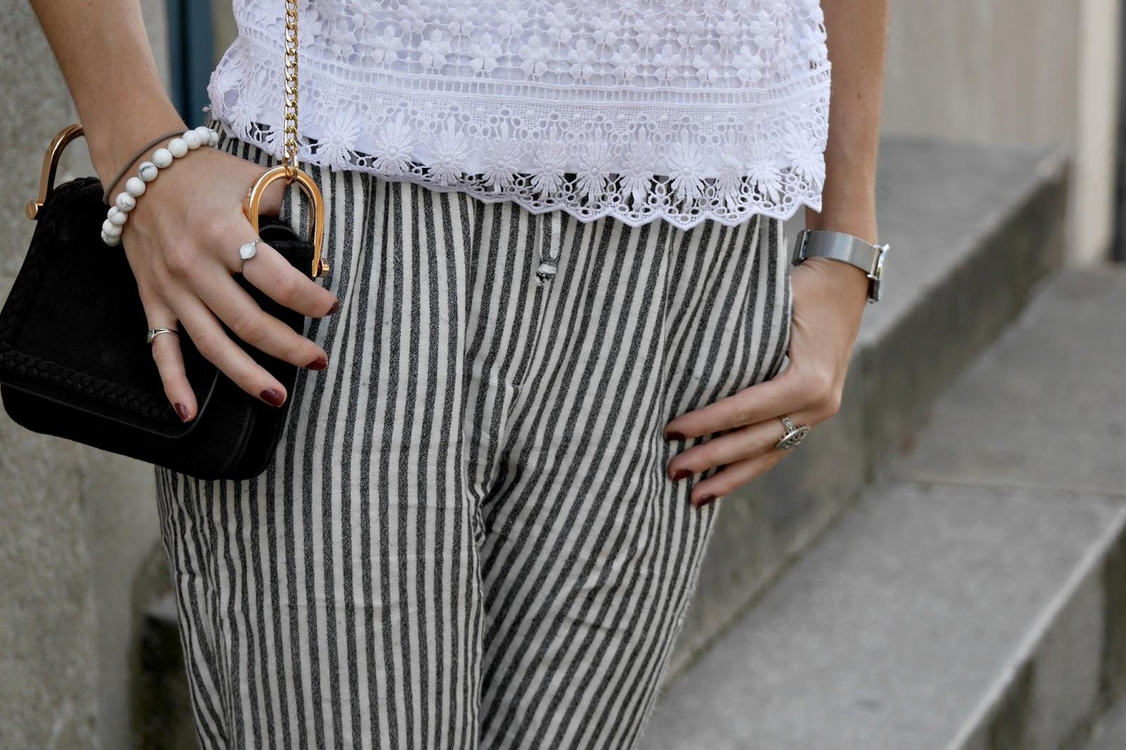 haut dentelle pantalon rayé accessoires sac bijoux