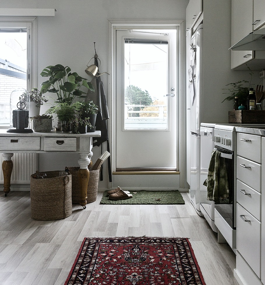 Keittiö, sisustus, sisustaminen, sisustusidea, vihersisustaminen, viherkasvit, vanha pöytä, eteisen matto, kuramatto, juuttimatto, vihreä, korit, säilytys, säilytyskorit, meriheinä, istutuspöytä, rahapuu, Dixie, Dixie Sweden, scandinavian, design, nordic, home, style, interior, Visualaddict, Frida Steiner, valokuvaaja, peikonlehti
