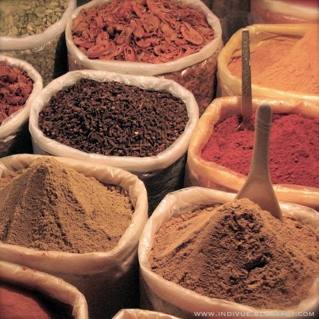Mausteita myytävänä Ingo's Saturday Nite Bazarissa Intian Goassa