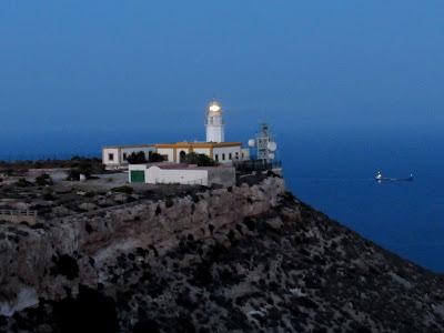 Faro de Mesa Roldán. Faro al anochecer