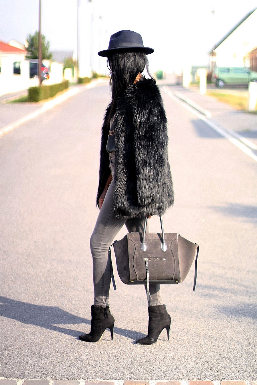 stylee-en-hiver-chapeau-manteau-fourrure-bottines-celine-phantom