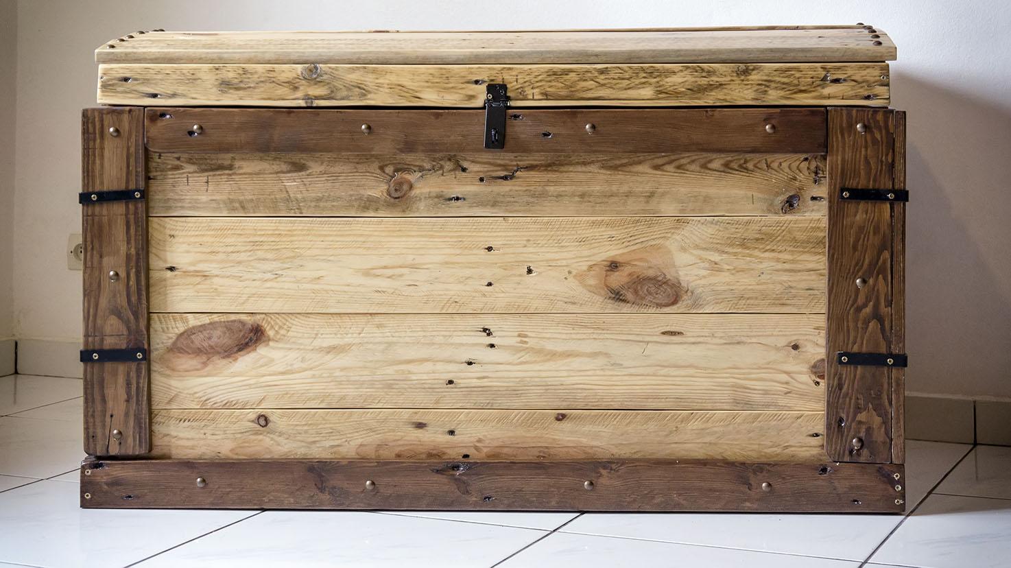 r cup design coffre en bois de palettes de manutention design industrielle. Black Bedroom Furniture Sets. Home Design Ideas