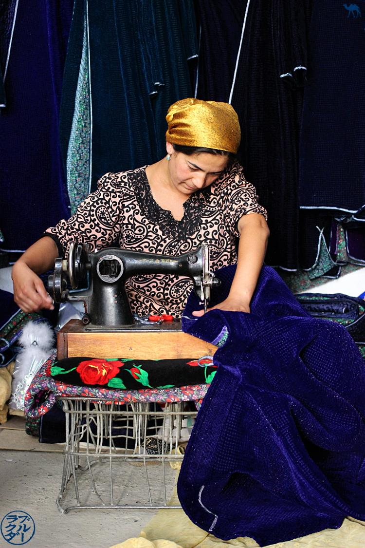 Le Chameau Bleu - Blog Voyage Ouzbékistan -  Couturière de Chapan ouzbek au Marché d'Urgut