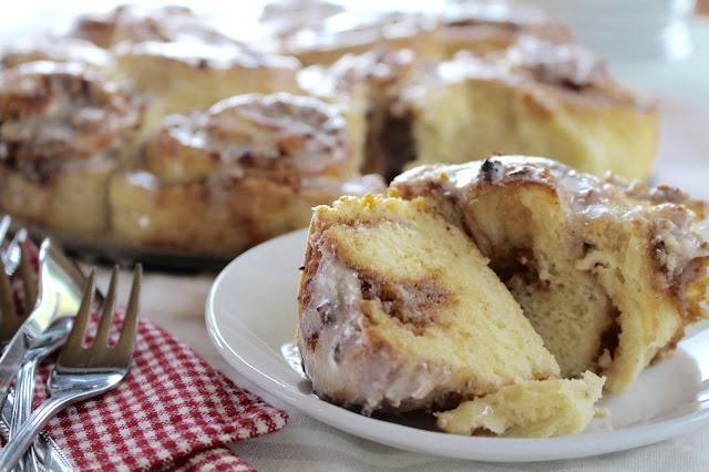 Cinnamon Rolls mit Quittenmus, Nüssen und Vanille Frosting