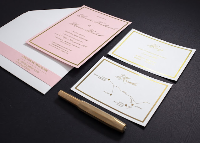 Papeteria ślubne (zaproszenia) z motywem różu i złota od Kartki Papieru.