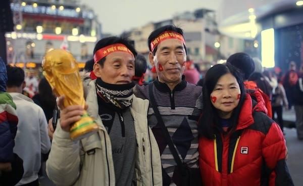Ba du khách Hàn Quốc ở khu vực gần Hồ Gươm
