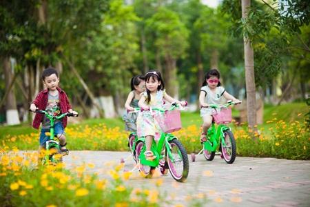 Trẻ con thoải mái vui chơi mà không lo xe cộ qua lại