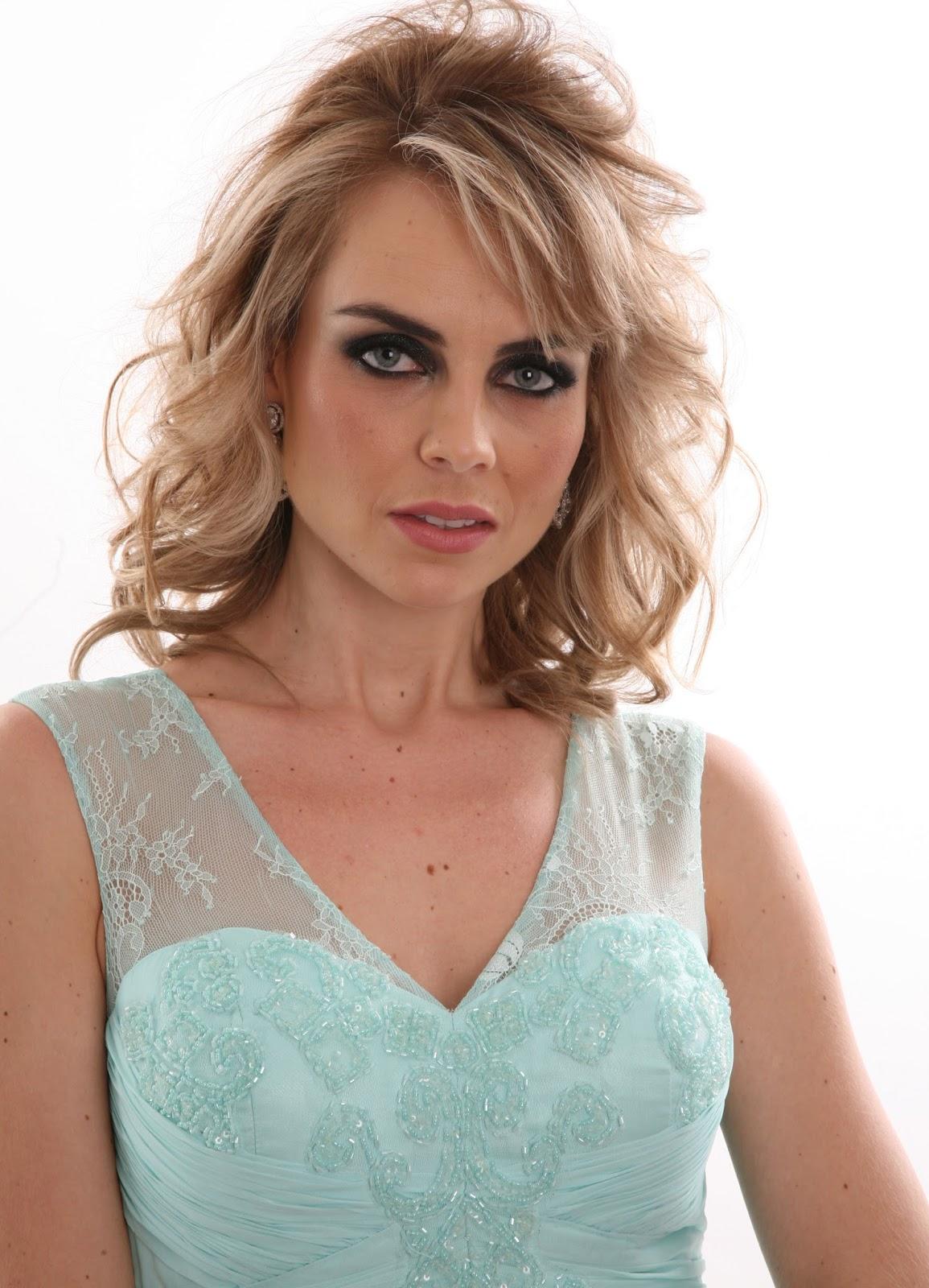 964201694 Nos olhos toms de preto, batom nude e cabelos soltos enrolados, que  acompanha o lindo vestido azul com rendas.
