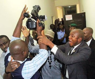 Yawa Gas! As Saraki Security Aides ATTACK Journalists in Court, See Photos