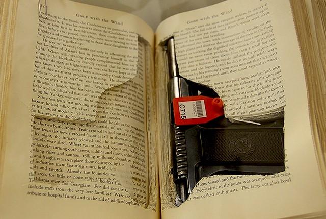Δείτε στη φωτογραφία ένα Savage 1907 πιστόλι σε .32 διαμέτρημα το οποίο  κρυβόταν επιμελώς σε μια πρώτη έκδοση του βιβλίου