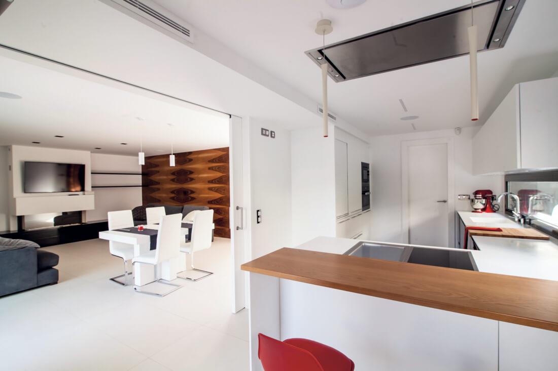 Una cocina en blanco y negro con pennsula y office