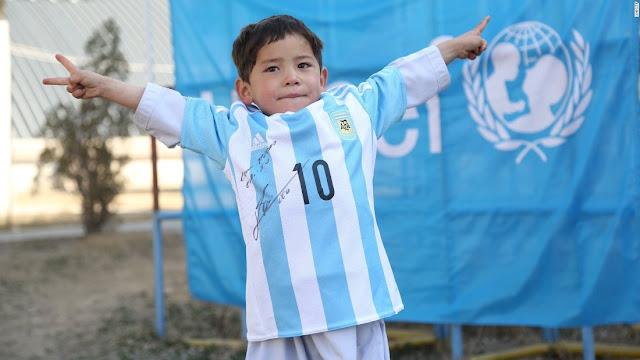 Leo Messi hace un regalo muy especial a Murtaza Ahmadi