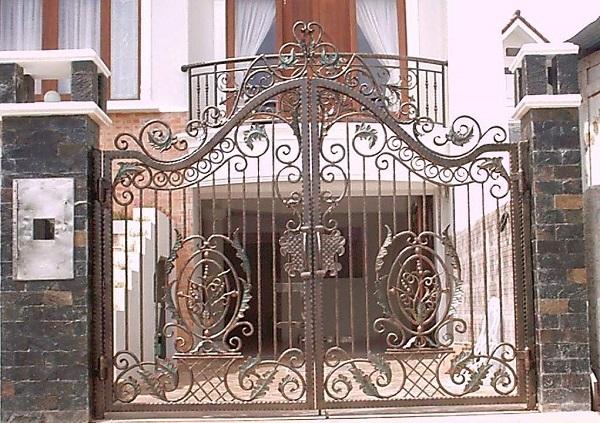 Desain Eksterior pagar teras rumah ukir